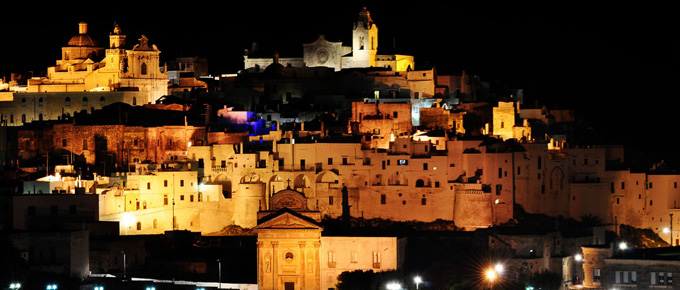 Vista notturna di Ostuni