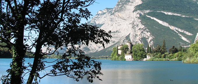 Lago di Toblino con il castello sullo sfondo