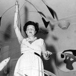 Peggy Guggenheim con l'Arco di petali di Calder