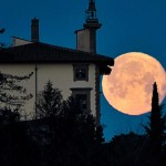 La luna dietro il Forte Belvedere